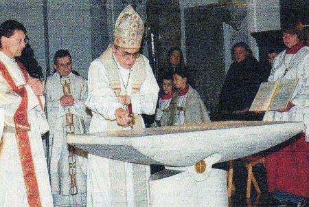 Abb.: Der Weihbischof weiht den neuen Volksaltar